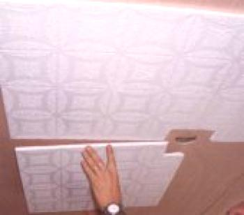 Comment coller des carreaux de plafond